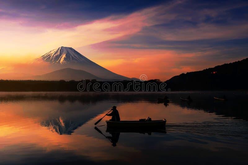 Silhouet vissersboot met MT Fuji mening stock foto's