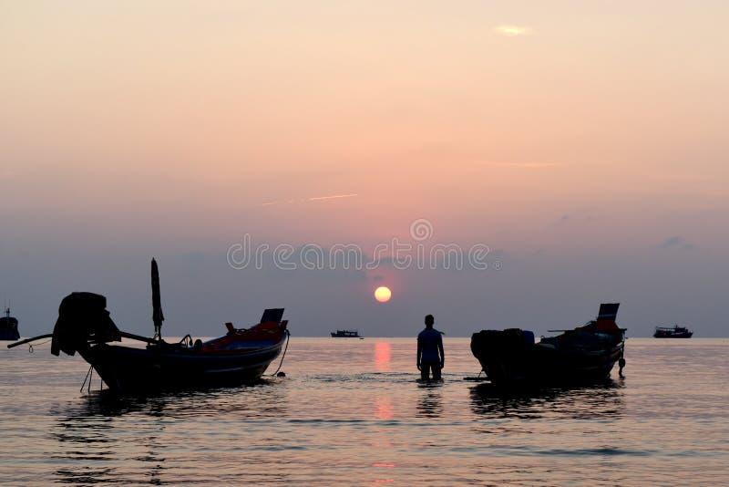 Silhouet vissersboot in oceaan en van khotao van het zonsondergangstrand het eiland Thailand stock fotografie