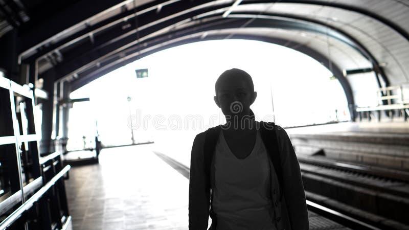 Silhouet voor toeristenmeisje die backpacker op trein bij wachten royalty-vrije stock afbeelding