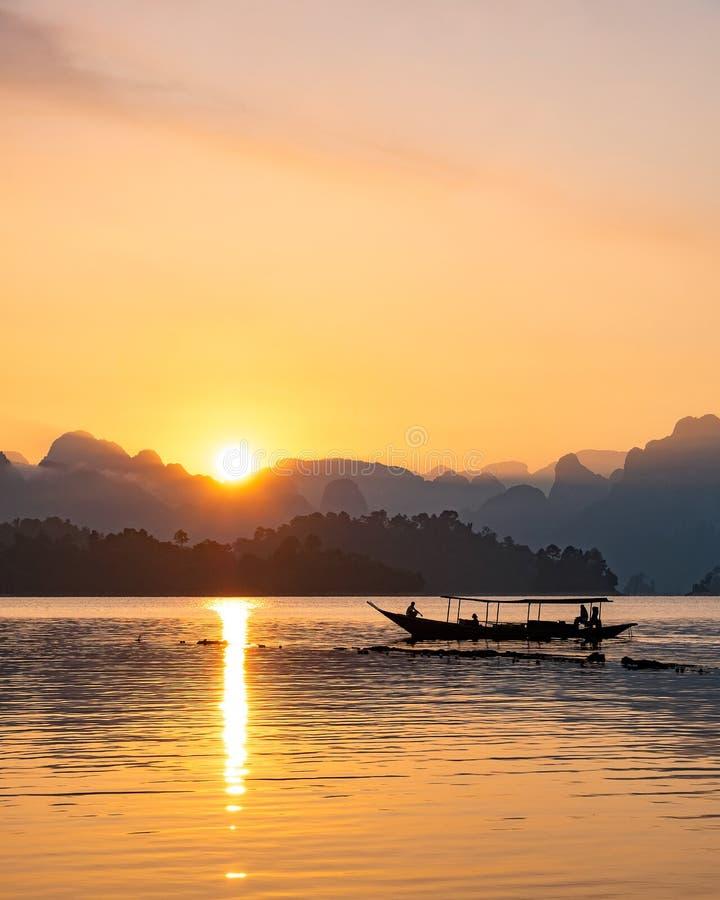 Silhouetbeeld van een boot die in een dam varen royalty-vrije stock foto's