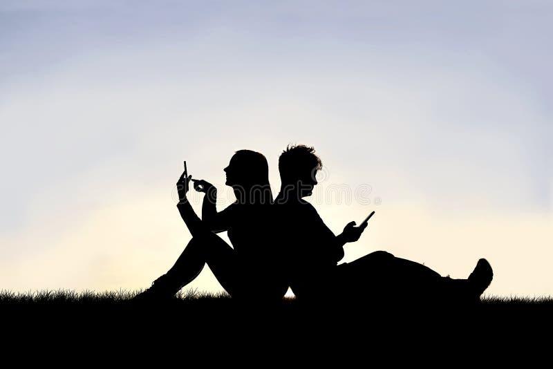 Silhouete de l'homme et de femme des couples mariés se reposent de nouveau à l'un l'autre, travaillant à leurs téléphones portabl image libre de droits