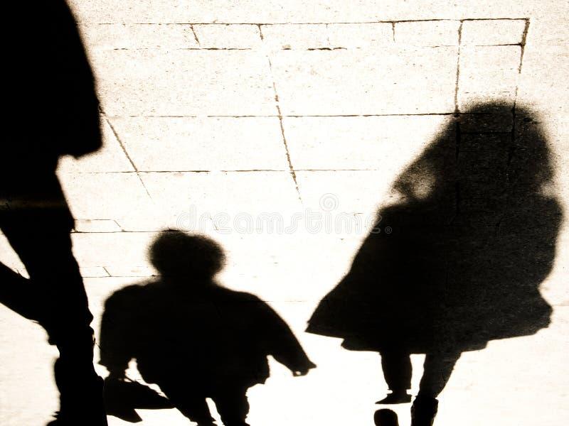 Silhouete de la sombra de Blurrry de la gente que camina en el alto contraste blanco y negro foto de archivo libre de regalías