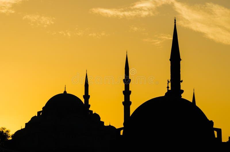 Silhouete de mosquée au coucher du soleil images libres de droits