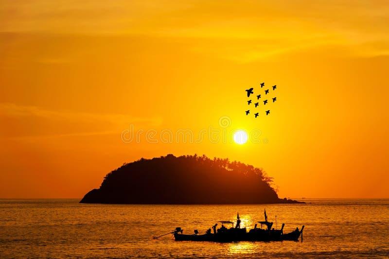 Silhoueteiland met vissersboot en vogel in kleur van de zon royalty-vrije stock foto