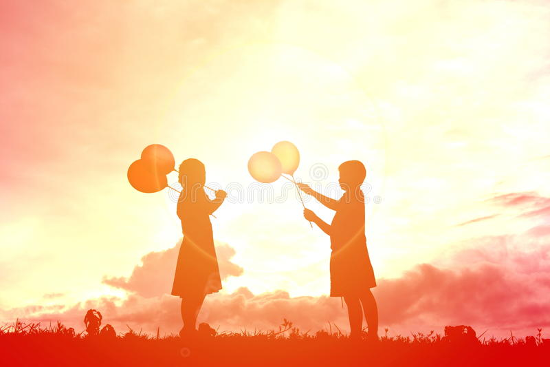Silhouetkinderen met ballon royalty-vrije stock afbeelding
