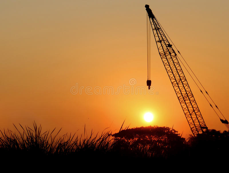 Silhouetkraan op Zonsondergangachtergrond in Thailand stock afbeeldingen