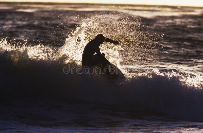 Silhouetmens het Surfen Golf royalty-vrije stock foto