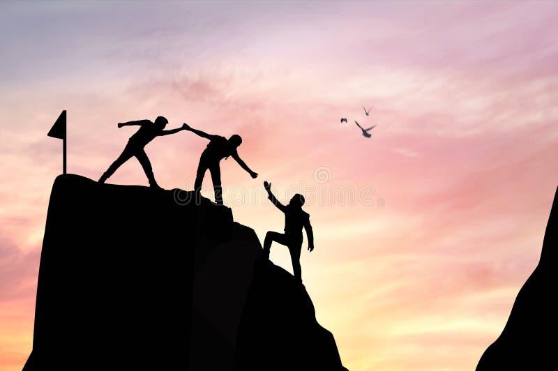 silhouetmensen die hand helpen te beklimmen royalty-vrije stock afbeeldingen