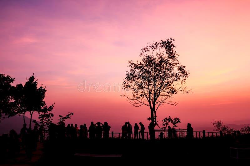 Silhouetmensen op het punt van de zonsondergangmening royalty-vrije stock afbeelding