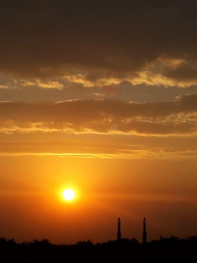 Silhouetmoskee tijdens zonsondergang royalty-vrije stock afbeelding