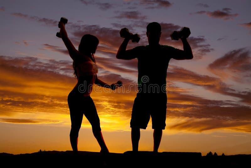 Silhouetpaar met flex gewichten stock afbeelding