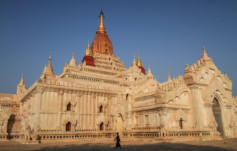 Silhouetpasser langs in Ananda Temple, Bagan, Mandalay, het gebied van Mandalay, Myanmar royalty-vrije stock fotografie