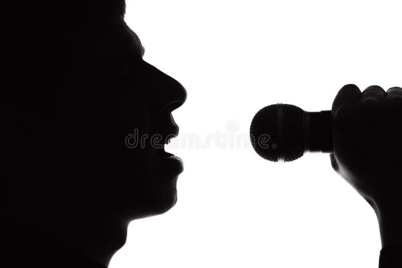 Silhouetportret van een zanger stock fotografie