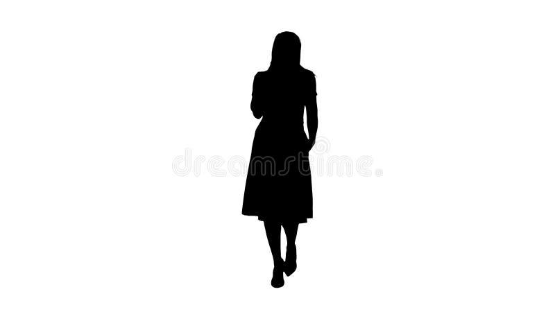 Silhouetportret van het lopen het gelukkige jonge vrouw spreken op mobiele telefoon en het glimlachen stock illustratie