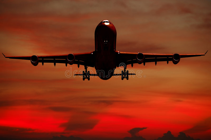 Silhouett van vliegtuig en zonsondergang royalty-vrije stock afbeelding