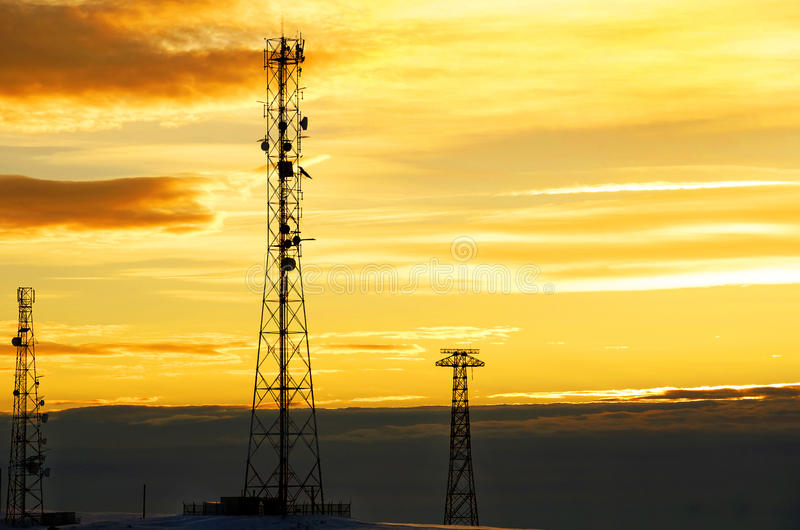 Silhouette взгляд антенны мобильного телефона под twilight небом стоковое изображение rf