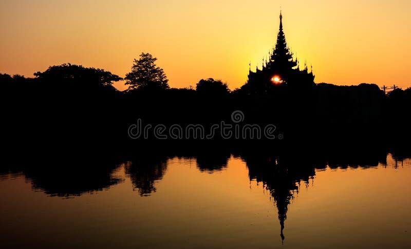 Silhouette дворец на восходе солнца, Мандалай Мандалая, Мьянма стоковое изображение