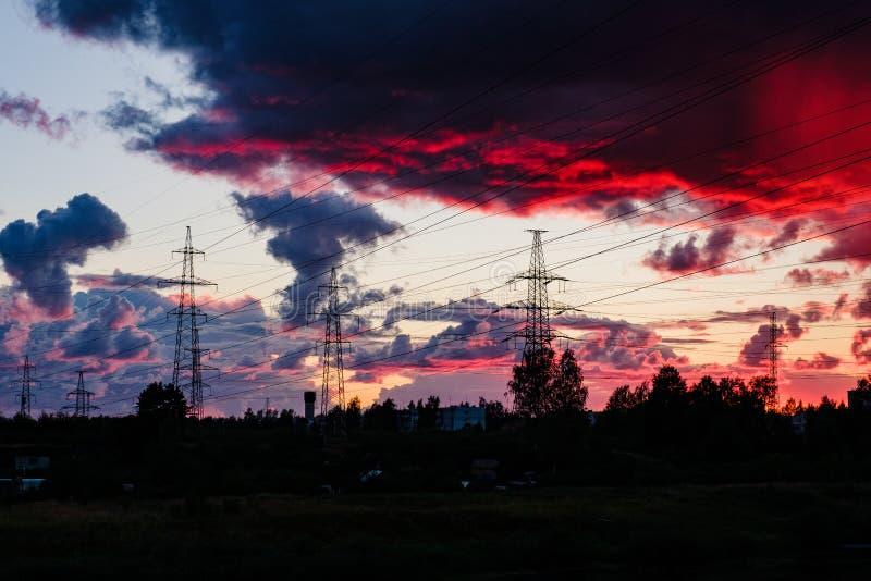 Silhouette высоковольтная электрическая башня на времени и небе захода солнца дальше стоковое фото rf