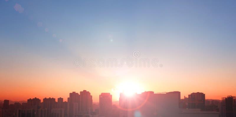 Silhouette горизонт и заход солнца/восход солнца города в горизонте Нью-Йорка стоковое фото rf