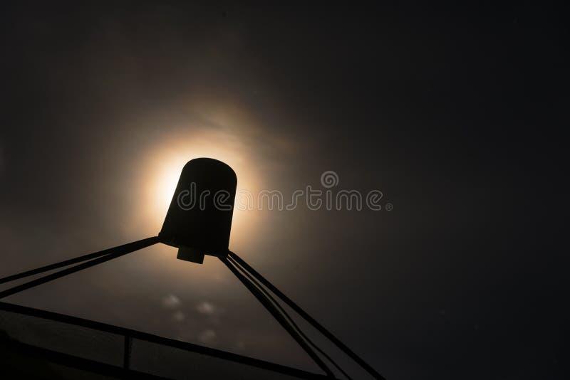 Silhouette изображение спутниковой антенна-тарелки с светом луны в предпосылке стоковые фотографии rf