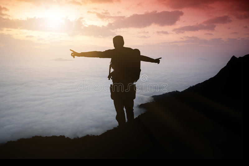 Silhouette команда авантюриста на горе и восходе солнца стоковое фото