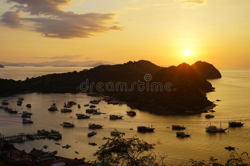 Silhouette небо захода солнца панорамы драматическое на порте Labuan Bajo, Flo стоковая фотография rf