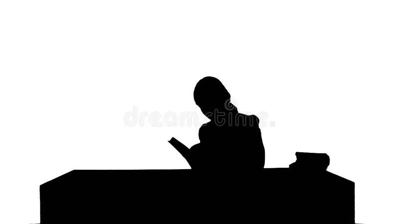 Silhouette студентка читая книгу для находить информация иллюстрация штока