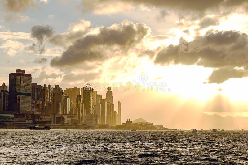 Silhouette центральная гавань Гонконга и Виктории на заходе солнца в m стоковое изображение rf