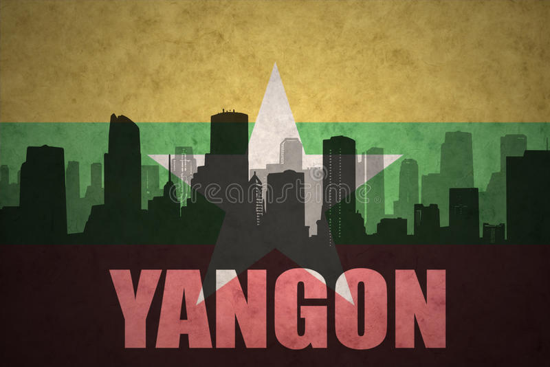 Silhouette abstraite de la ville avec le texte Yangon au drapeau de myanmar de vintage photo stock