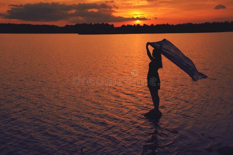 Silhouette au coucher du soleil photographie stock