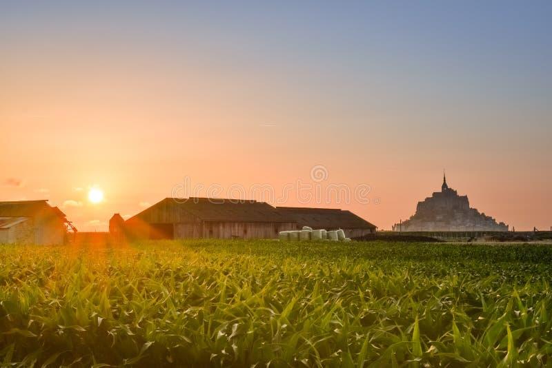 Silhouette au coucher du soleil des terres cultivables de Mont Saint Michel, France image libre de droits