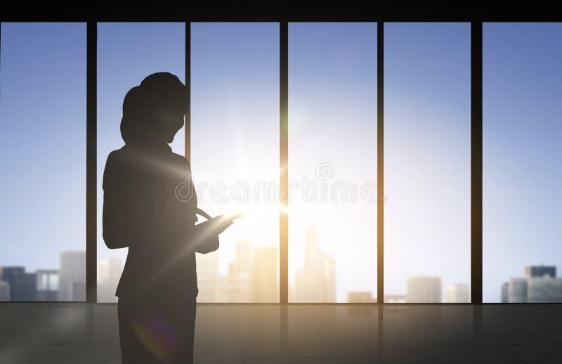 Silhouette av affärskvinnan med tabletPC vektor illustrationer