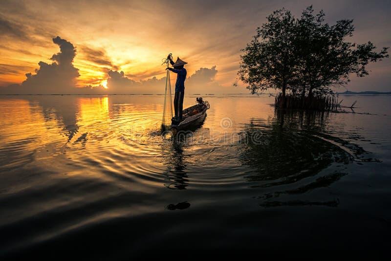 Silhouette av en fiskare arkivbilder