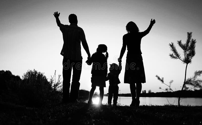Silhouette av en lycklig familj royaltyfri fotografi