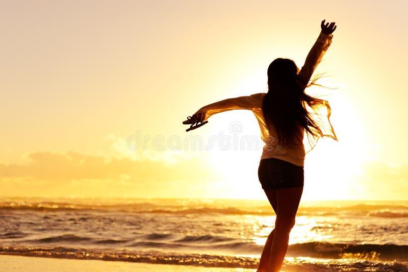 Silhouette av en lycklig kvinnadans royaltyfria bilder