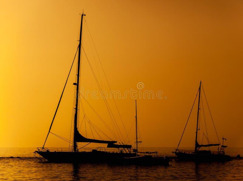 Silhouette av en ship royaltyfri foto