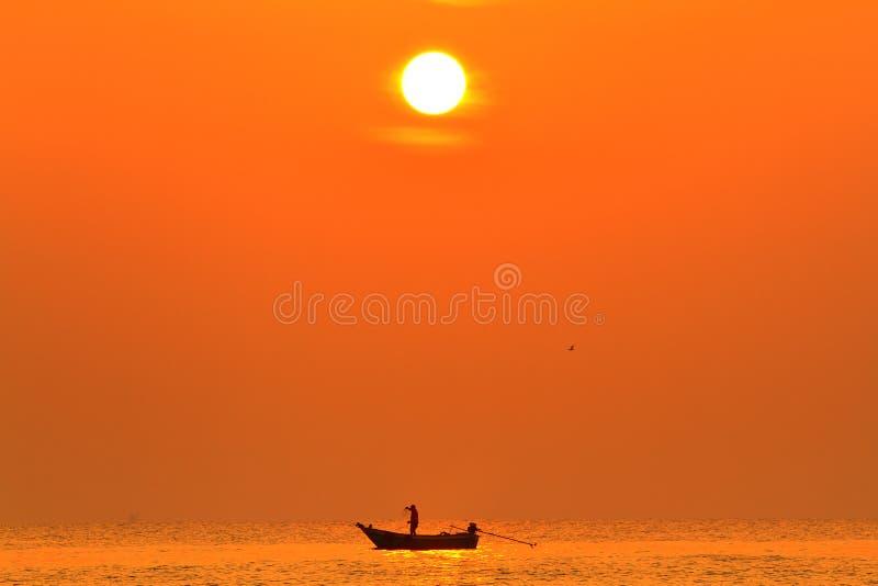 Silhouette av fiskare royaltyfria foton