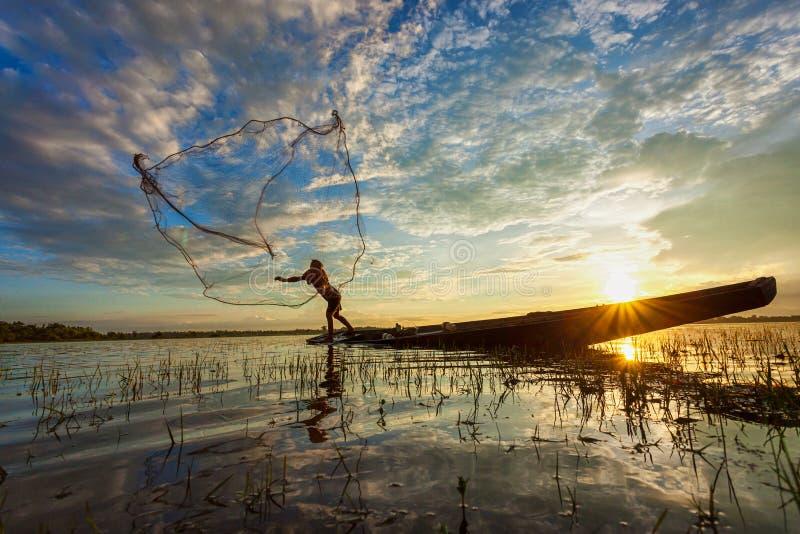 Silhouette av fiskare arkivbild