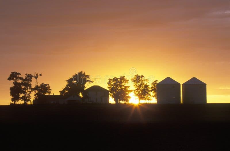 Silhouette av lantgården arkivbild