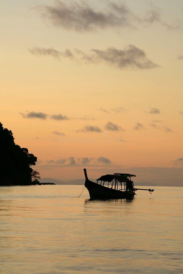 Silhouette : bateau long-tailed sur la mer au crépuscule photographie stock libre de droits