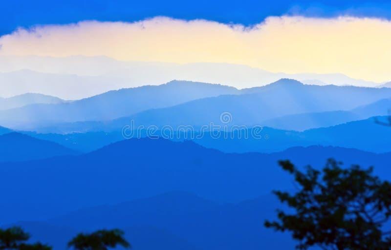 Silhouette bleue de montagnes photographie stock libre de droits