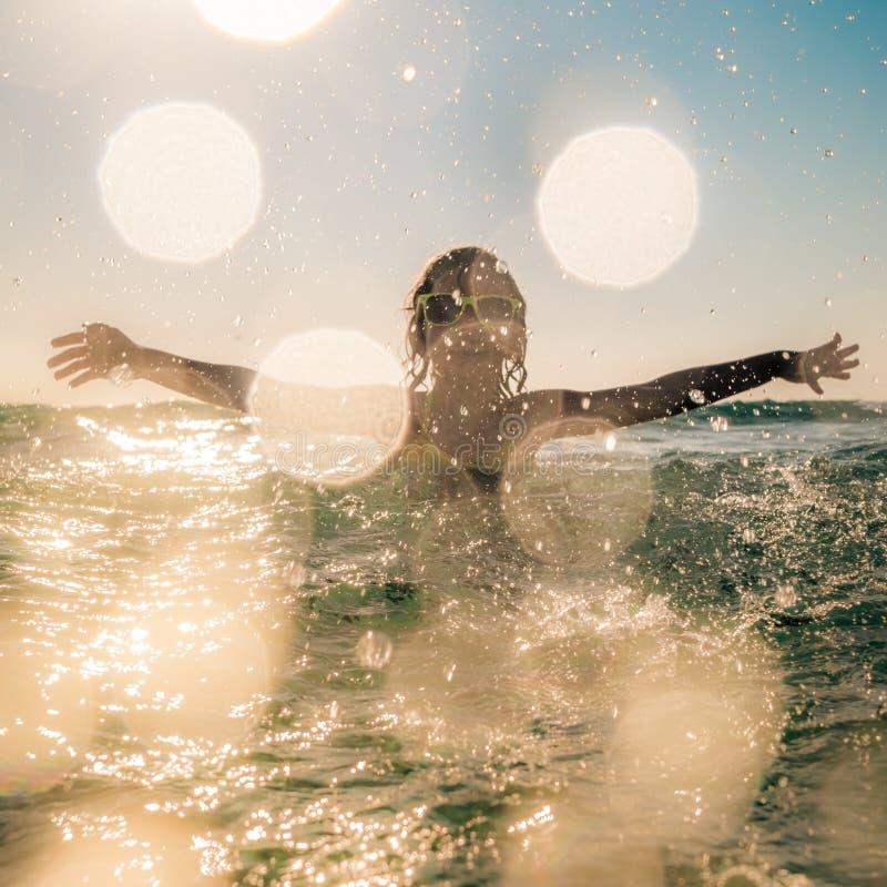 Silhouette brouillée de mouvement d'enfant en mer photo libre de droits