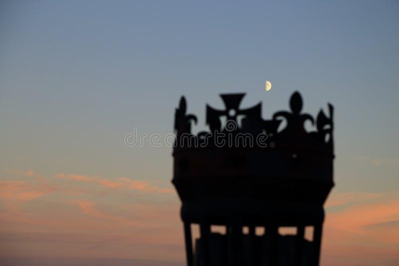 Silhouette brouillée de torche de forme de couronne sur égaliser le ciel avec la lune, image abstraite de symbole écossais de châ image stock