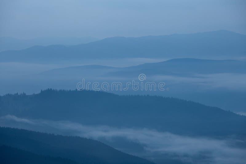 Silhouette brumeuse grande de montagnes fumeuses images libres de droits