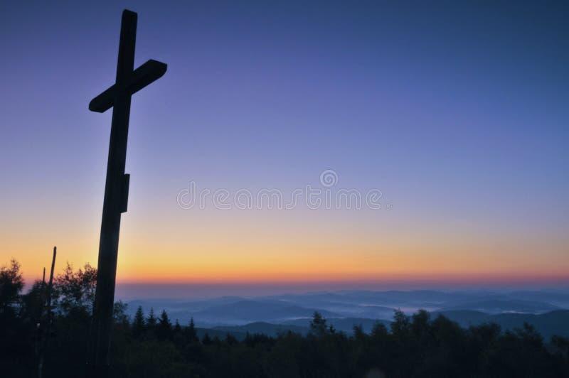 Silhouette croisée avec le coucher du soleil comme fond photo libre de droits