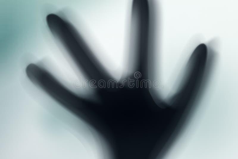 Silhouette d'étranger fantasmagorique et de lumière lumineuse dessus derrière lui images stock