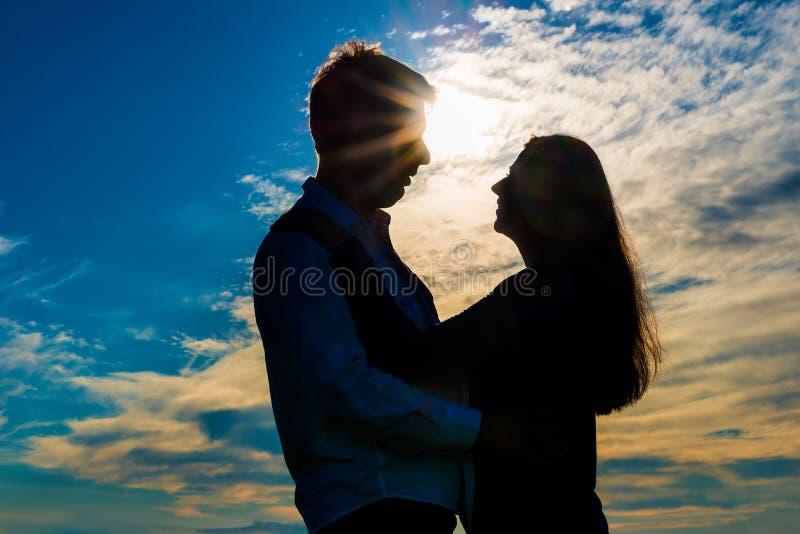Silhouette d'étreindre affectueux de couples photo libre de droits