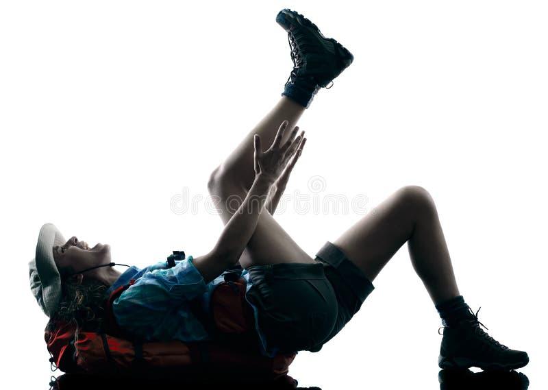 Silhouette d'accidents de blessure de trekking de trekker de femme photographie stock