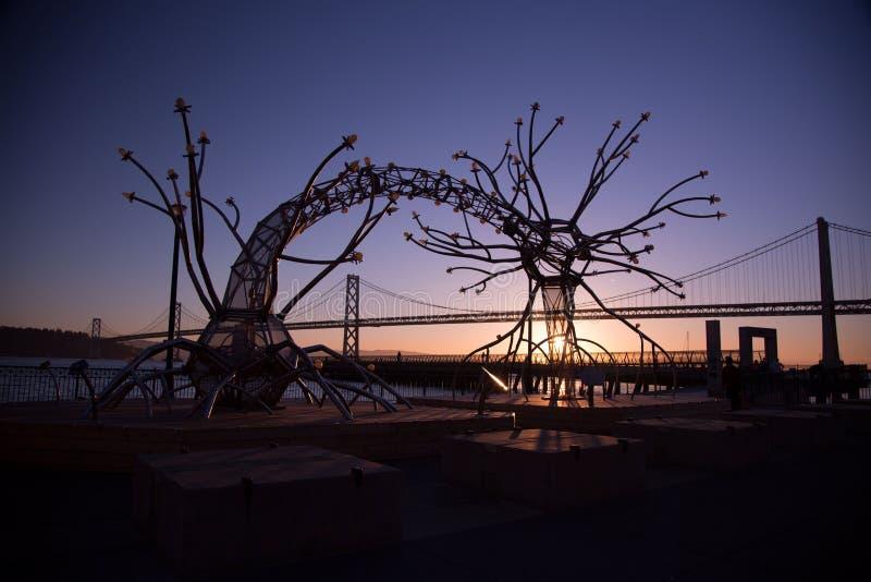 Silhouette d'art et d'architecture au lever de soleil photos libres de droits