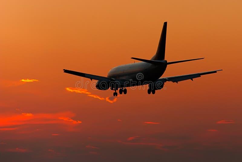 Silhouette d'atterrissage d'avion à réaction photographie stock